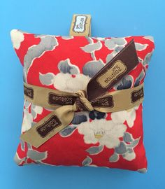 This pretty silk sachet is filled with fresh lavender and is a perfect way to naturally scent your lingerie drawer, closet, suitcase or car.