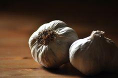 Garlic is very common in Mediterranean kitchen. It gives taste and spiciness. Mediterranean Kitchen, Wine Recipes, Garlic, Spices, Vegetables, Eat, Food Photography, Spice, Mediterranean Style Kitchen Designs