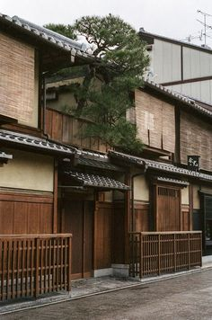 Traditional Japanese Houses: You& going to fall in love! - Nomadbubbles - Traditional wooden house of Japan - Japanese Interior, Japanese Design, Asian Design, Japanese Style, Japanese Buildings, Gfx Design, Bedroom Minimalist, Traditional Japanese House, Japanese Homes