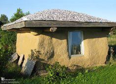 Esta es la diminuta Casa Pitufo de balas de paja de Poula. La construyó como un lugar temporal para vivir mientras estaba construyendo su casa en espiral de balas de paja inspirada en la forma de una concha que encontró en una playa en Malasia. Más casas naturales maravillosas en www.naturalhomes.org/es/