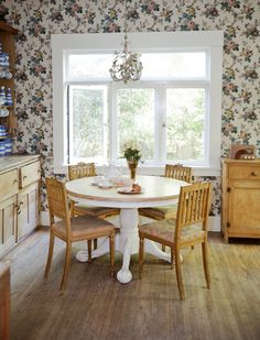 lovely breakfast nook.  love the sweet floral wallpaper