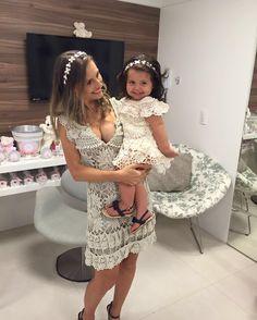 Como faz com tanta lindeza?? Mãe e filha de #terezzahandmade 💕 Crochet Toddler Dress, Crochet For Kids, Crochet Clothes, Crochet Dresses, Crochet Bikini, Crochet Top, Mommy And Me Dresses, Mother Daughter Outfits, Skirts For Kids