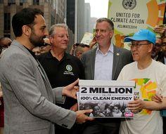 Avaaz - 2 Million call for 100% clean energy ... Die Größte Klima-Demo Aller Zeiten ... Ricken Patel, Geschäftsführer von Avaaz, überreicht beim Klima-Aktionstag in New York die Petition mit 2 Millionen Unterschriften an UN-Generalsekretär Ban Ki-moon