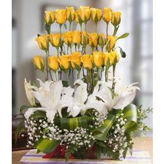 Arreglo floral con 24 botones de rosas amarillas, lirios