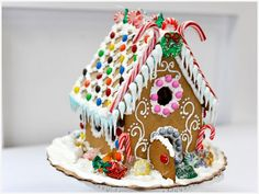 Gingerbread House Icing: 3 Tbs meringue powder, 1 lb powdered sugar, 2 T cold to make thick consistency; put in ziploc bag & cut off a corner so that icing comes out about the size of toothpaste. Hold gingerbread pieces in place about 10 seconds to set. Gingerbread House Pictures, Gingerbread House Icing, Cool Gingerbread Houses, Gingerbread House Parties, Gingerbread Decorations, Christmas Gingerbread House, Christmas Treats, Christmas Baking, All Things Christmas