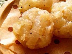玉ねぎだけで絶品!もちもち皮なし焼売     材料 (一口サイズ 3個)  玉ねぎ 1/4個 塩 一つまみ 黒胡椒 適量 ごま油 少々 本葛粉または片栗粉 大さじ1  作り方  1 玉ねぎは皮を剥いてみじん切りに。 2 ボウルに材料全てを入れてよく混ぜ、大さじ山盛り1杯ずつ位に、ラップで茶巾絞りにする。 3 口をしっかり閉じ、耐熱皿に並べ、レンジ(600w)で1分半~加熱。 4 玉ねぎに火が通り、透き通っていたら完成♪ ウスターや中濃ソースをかけて食べるのが本場流(*'ω'*)