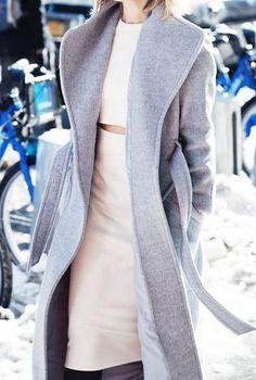 Grauer Mantel, Dunkelgrauer Pullover mit Rundhalsausschnitt, Schwarze Lederleggings, Schwarze und weiße Sportschuhe für Damenmode | Женская für Sommer 2015