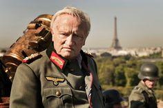Svensken Raoul Nordling lyckades övertala den tyske generalen Dietrich von Choltitz att skona Paris. Här en scen ur filmen Mannen som räddade Paris.