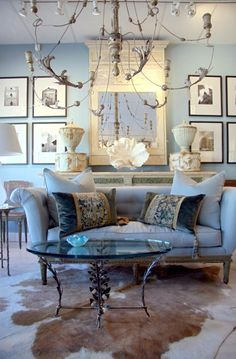 ⭐Living Room - great sofa, pillows, Art..