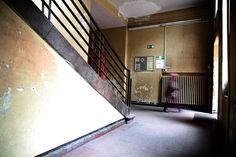 Marodes Treppenhaus in einer Grundschule in Berlin.