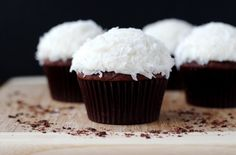 Cupcakes are great chose for desert for every occasion. Here are some recipes for delicious cupcakes that you must try. Kokos Desserts, Coconut Desserts, Köstliche Desserts, Delicious Desserts, Yummy Food, Coconut Cakes, French Desserts, Plated Desserts, Yummy Cupcakes