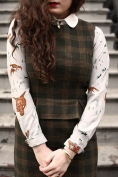 Beautiful outfit - lovely collar, loving the fabric, great pattern on the dress, old-fashioned, vintage