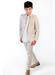 Communion suit linen 2018 Varones beige blazer and pants, ivory shirt made in Spain Baunda Madrid book a date or buy online Boys First Communion Outfit, Communion Suits For Boys, First Communion Dresses, Cool Boys Clothes, Kids Suits, Pant Shirt, Boy Outfits, Look, Kids Fashion
