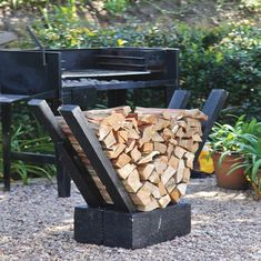 Neaten up your firewood pile by making your own firewood holder using wooden planks and concrete blocks. - Fire Pit - Ideas of Fire Pit Outdoor Firewood Rack, Firewood Holder, Firewood Storage, Fire Pit Landscaping, Fire Pit Backyard, Backyard Patio, Backyard Seating, Backyard Projects, Outdoor Projects