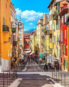 n #JeudiPhoto haut en couleurs 🎨☀️ le Vieux-Nice dans toute sa splendeur 😍 ------------------------ Would you mind taking your lunch break