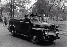 """De """"Blauwe taxi"""" van de politie, in Groningen. Daar werd menig dronkaard in vervoerd!"""