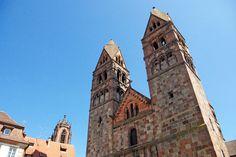 Les églises de Sélestat : - à droite, l'église romane Sainte Foy - à gauche, on aperçoit le clocher de la basilique Saint Georges. À découvrir sur notre blog