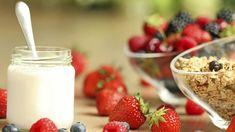 Iogurte de castanha de caju com calda de morango - Receitas - GNT