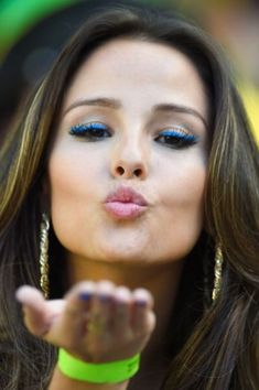 Girl of the Match Brazil - Colombia Soccer Fans, Soccer World, Football Fans, World Cup 2014, Fifa World Cup, Colourful Wallpaper Iphone, Hot Fan, Kiss Pictures, Man Of The Match