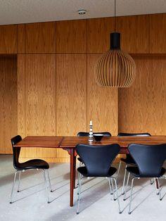 Sala de Jantar Revestida de Madeira com Lustre