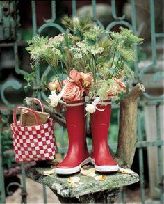 Des bottes en caoutchouc transformées en vase - marieclaireidees.com