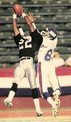 Mike Haynes #22 out positions Ernest Gray #83 to get a pick on Phil Simms.  Just one of Oakland Raiders shutdown corners.