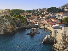 """PAYS DU JOUR : CROATIE Vue de la citadelle de Dubrovnik au sud de la Croatie. Dubrovnik est anciennement connue sous le nom francçais de """"Raguse"""", cette ville est l'un des points clés touristiques de la Croatie. c'est aujourd'hui une ville-musée, inscrite au patrimoine mondial de l'Unesco. @OTourDuMonde"""