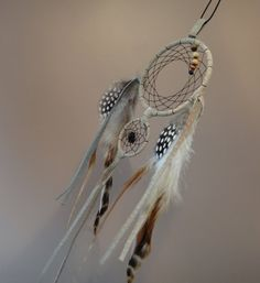 Capteur de rêve (Dreamcatcher). Plumes, cuir recyclé, perles de bois, Obsidienne. Spiritualité Amérindienne. Autochtone. Coq Grizzly Pintade