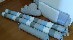 Kit berço rolos com cabeceira tradicional azul e cinza.