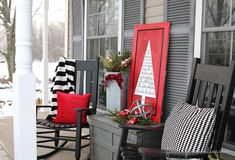 OutdoorChristmasVignetteTutorial thumb Outdoor Christmas Decorating: Sharpie Art Tree Sign