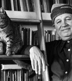 L'écrivain Romare Bearden photographié avec son chat, Grippo