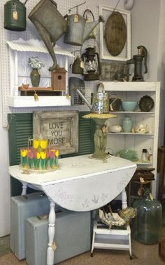 Vintage Show Off: Tips for a Narrow Booth - Make the Narrow Wall Look Wider- use some round circular shapes to break up linear lines and soften Vintage Booth Display, Vintage Store Displays, Antique Booth Displays, Flea Market Displays, Antique Booth Ideas, Antique Mall Booth, Flea Market Booth, Antique Shops, Flea Markets