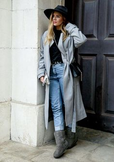 Keep warm with UGG - Isabella Thordsen Uni Outfits, Outfits Mujer, Casual Fall Outfits, Short Boots Outfit, Ugg Boots Outfit, Cropped Wide Leg Trousers, Short Uggs, Classic Ugg Boots, Legging Outfits