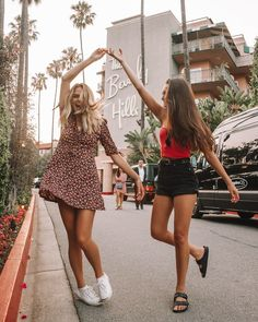 Pin by hailey on picture inspo fotózás, lányok, divat Bff Pics, Cute Friend Pictures, Friend Pics, Friend Goals, Friend Picture Poses, Surprise Pictures, Cute Instagram Pictures, Ideas For Instagram Photos, Family Pictures