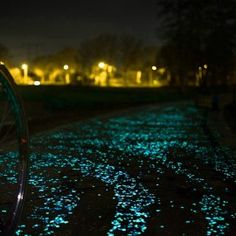 Pietricele fosforescente albe care lumineaza albastru