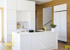 Merihelmi. Sädehtivä loma-asunto, jossa suomalainen luonto ja modernit ratkaisut yhdistyvät Topin kalustamaksi saumattomaksi kokonaisuudeksi. Mattamaalilla viimeistellyt Topin kalusteet ja puiset seinämateriaalit tarjoavat kauniin kokonaisuuden. Ovimalli Säde SD10M puhdas valkoinen. Divider, Table, Furniture, Home Decor, Decoration Home, Room Decor, Tables, Home Furnishings, Home Interior Design