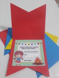 Convite Bandeirinha Festa Junina Disponível em Várias cores (à escolha) Pode ser feito para Menino (em vez da menininha caipira, temos o menininho caipira)
