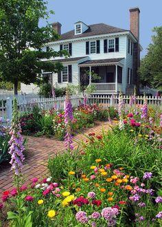 Best Small Yard Landscaping & Flower Garden Design Ideas - The Expert Beautiful Ideas Cut Flower Garden, Flower Garden Design, Beautiful Flowers Garden, Love Garden, Dream Garden, Beautiful Gardens, Amazing Gardens, Colonial Garden, Low Maintenance Garden Design