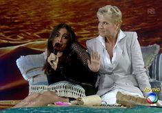 Xuxa insiste que Anitta participe de brincadeira inconveniente e causa saia justa