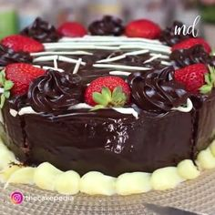 This cake stuffed with strawberries and nutella looks so yummy 😍 Credit: Cakepedia