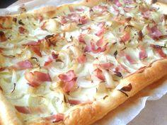 Flammkuchen - eenvoudig met bladerdeeg, creme fraiche, spekreepjes (of ham) en uien - Old friends cooking - BIJZONDER LEKKER zeker met wat prei erin