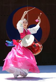 Samgomu Ogomu - A Korean dance performance at Hwaseong in Suwon, Korea. This one is called Samgomu Ogomu. The lovely movements coupled with the sounds of the drums make it a unique experience. Suwon, Korean Hanbok, Korean Dress, Korean Outfits, Korean Traditional Dress, Traditional Dresses, Baile Jazz, Folk Dance, Thinking Day