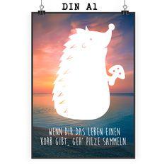 Poster DIN A1 Igel mit Pilz aus Papier 160 Gramm  weiß - Das Original von Mr. & Mrs. Panda.  Jedes wunderschöne Motiv auf unseren Postern aus dem Hause Mr. & Mrs. Panda wird mit viel Liebe von Mrs. Panda handgezeichnet und entworfen.  Unsere Poster werden mit sehr hochwertigen Tinten gedruckt und sind 40 Jahre UV-Lichtbeständig und auch für Kinderzimmer absolut unbedenklich. Dein Poster wird sicher verpackt per Post geliefert.    Über unser Motiv Igel mit Pilz  Dieser kleine Stachelfreund…
