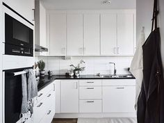 位於斯德哥爾摩的出租公寓,彷彿黑白照片的真實畫面,用綠意和原木色系做出點綴,讓空間在北歐簡約基礎上添加自然色系,回歸北國原本的空間感。 via 55 kvadrat