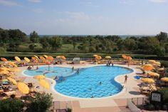 Aussicht vom Zimmer des Hotel Maregolf in Caorle auf den Golfplatz, den Pool und das Meer