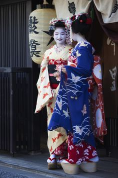 oiran-geisha: Butterfly ladies: Minarai Naoai and the maiko Naokinu of Nakasato okiya. (Source)