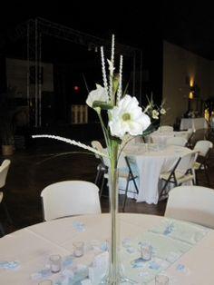 Simple tall wedding centerpiece #wedding #flowers #centerpeice www.planningyourweddingforless.com