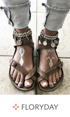 Flat heel shoes with buckle- Flache Absatzschuhe mit Schnalle Looking for trendy sandals? Hippie Shoes, Boho Shoes, Bohemian Sandals, Casual Shoes, Hippie Jewelry, Hippie Accessories, Bird Jewelry, Beach Shoes, Chain Jewelry