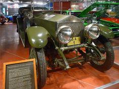 Rolls Royce Silver Ghost Baujahr 1915 Die PKW-Sammlung ist in einem zweiten Gebäude untergebracht, dass sich auf dem Gelände der lokalen Straßenmeisterei befindet. Da dort kein Museumspersonal ist, sind alle Modelle hinter Glas. Mobilia Automuseo, Kangasala, Finnland, Car Museum, Lokal, The Good Old Days, Rolls Royce, Antique Cars, Antiques, Finland, Vintage Cars, Antiquities