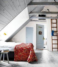 Blå dörr och vita tak och väggar